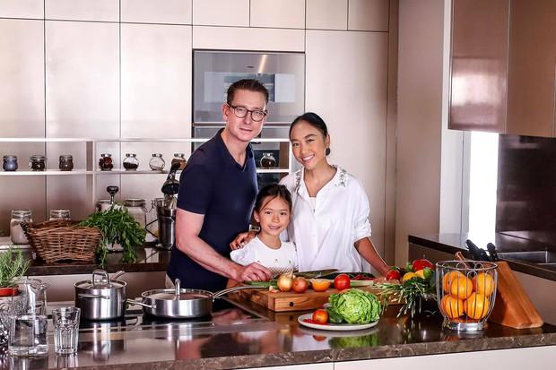 Đoan Trang khoe căn bếp mất 1 năm mới hoàn thiện, chiếc tủ lạnh thần kỳ khiến ai nhìn vào cũng trầm trồ - Ảnh 1.