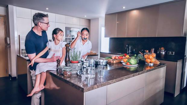 Đoan Trang khoe căn bếp mất 1 năm mới hoàn thiện, chiếc tủ lạnh thần kỳ khiến ai nhìn vào cũng trầm trồ - Ảnh 2.
