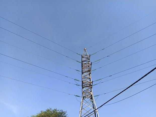 """TP.HCM: Cô gái ngồi trên ngọn cột điện cao thế """"hóng gió"""" suốt 3 tiếng, nhiều người hoảng sợ - Ảnh 2."""