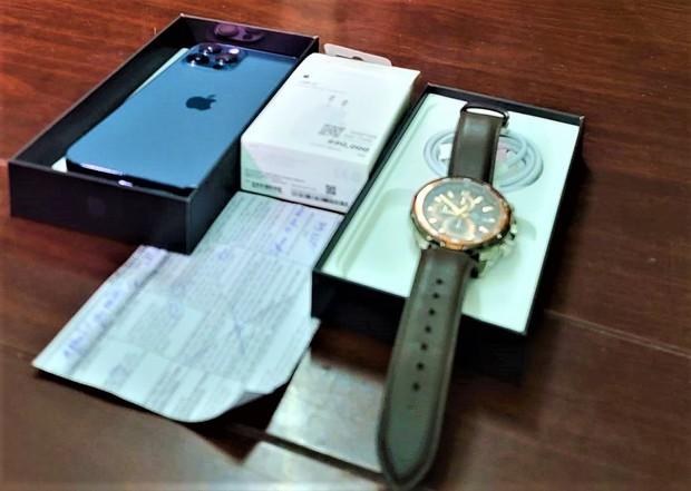 Bắt nữ nhân viên massage trộm thẻ visa của khách để mua iPhone và đồng hồ xịn - Ảnh 2.