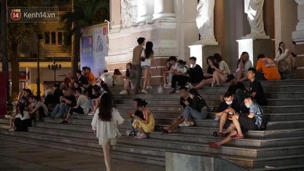 Clip, ảnh: Giới trẻ Sài Gòn vô tư tụ tập, không đeo khẩu trang trong tình hình dịch Covid-19 diễn biến phức tạp - Ảnh 3.