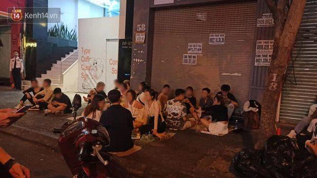Clip, ảnh: Giới trẻ Sài Gòn vô tư tụ tập, không đeo khẩu trang trong tình hình dịch Covid-19 diễn biến phức tạp - Ảnh 1.