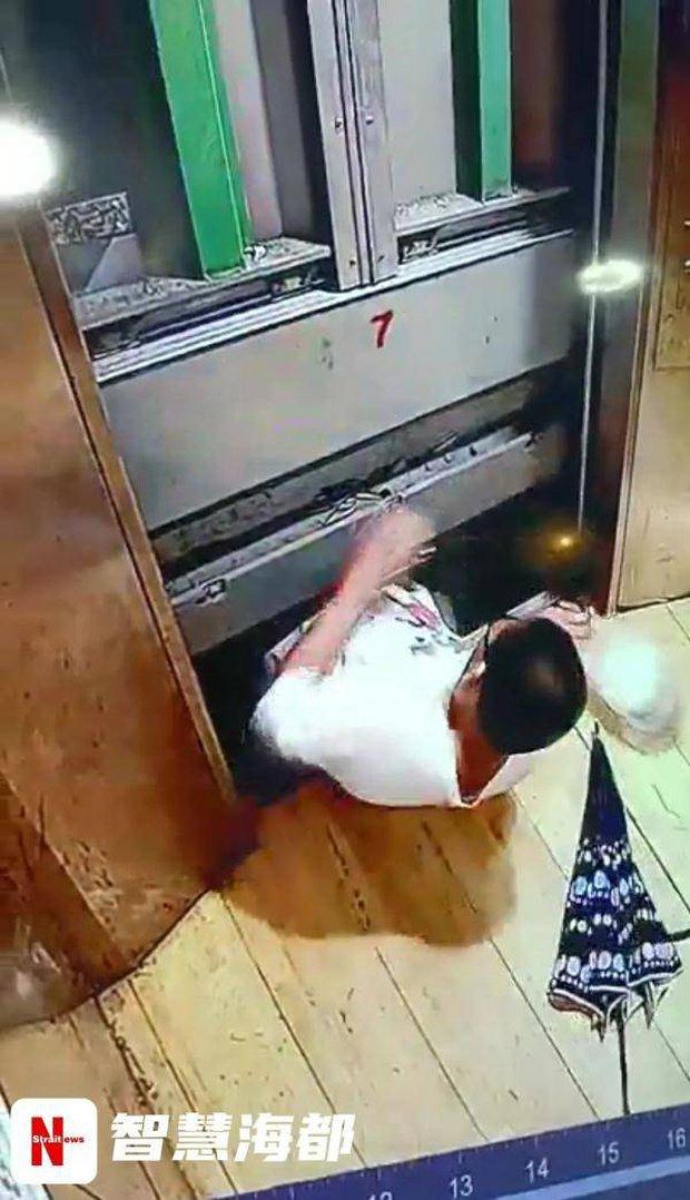 Cậu bé 13 tuổi bước vào thang máy chung cư rồi đột ngột biến mất, gia đình khóc ngất khi xem lại video hiện trường - Ảnh 3.