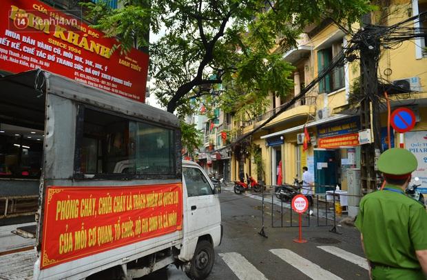 Hà Nội: Cận cảnh phong tỏa, phun khử khuẩn 1 đoạn con phố Đinh Liệt cùng rất nhiều điểm đến của ca dương tính SARS-CoV-2 - Ảnh 1.