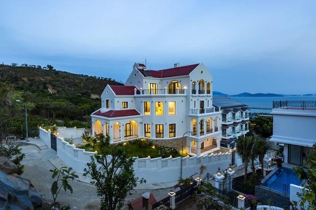 Vợ chồng Hà Nội về Nha Trang tránh dịch, xây biệt thự hướng biển tuyệt đẹp trên mảnh đất 590m2 - Ảnh 1.