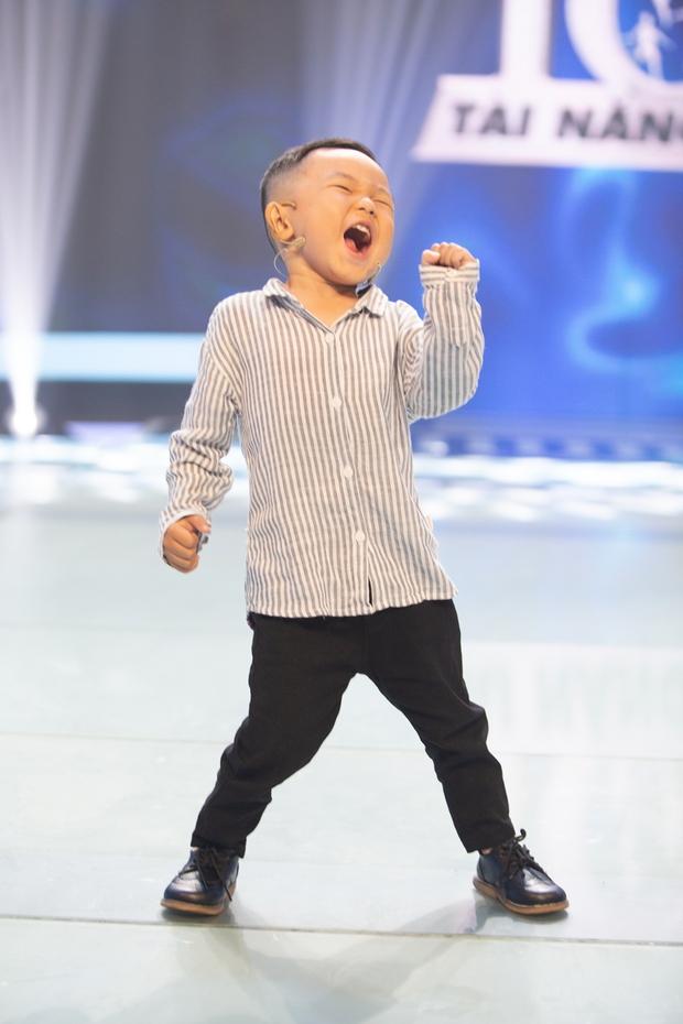 Hiện tượng TikTok 4 tuổi gây hoang mang cực mạnh khi giao lưu trên sóng truyền hình - Ảnh 2.