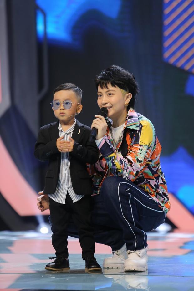Hiện tượng TikTok 4 tuổi gây hoang mang cực mạnh khi giao lưu trên sóng truyền hình - Ảnh 3.