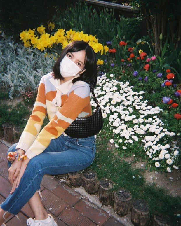 Lisa tung loạt ảnh vi vu đảo Jeju cùng Jisoo, ảnh phim kiểm chứng body và nhan sắc đời thực của 2 mỹ nhân BLACKPINK - Ảnh 2.