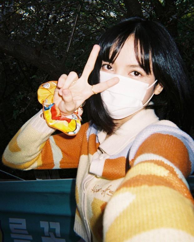 Lisa tung loạt ảnh vi vu đảo Jeju cùng Jisoo, ảnh phim kiểm chứng body và nhan sắc đời thực của 2 mỹ nhân BLACKPINK - Ảnh 3.
