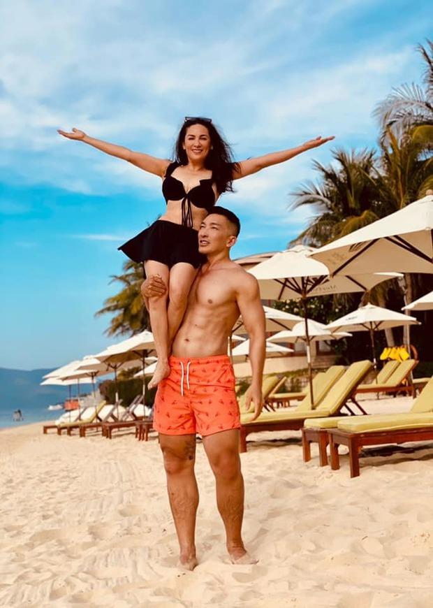 Phi Nhung hiếm hoi mặc bikini khoe body tuổi 49, còn được trai đẹp 6 múi bế bổng cười tươi roi rói thế này - Ảnh 4.