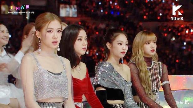 Khi BLACKPINK gặp BTS: Lisa cúi đầu chào lễ phép, j-hope cười không ngớt, ngồi cạnh nhau là thấy quyền lực! - Ảnh 1.