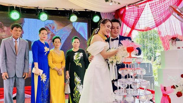 Đám cưới Hồ Bích Trâm ở Quảng Ngãi: Hé lộ chân dung chú rể, đeo vàng nặng cả cổ, lên tiếng chuyện đãi tiệc giữa mùa dịch - Ảnh 3.