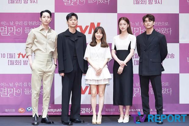 Park Bo Young như mà cà rồng trẻ mãi không già, biến thành tí hon lọt thỏm giữa tài tử Reply 1997, nữ phụ 1m74 và dàn nam thần - Ảnh 13.