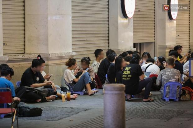 Clip, ảnh: Giới trẻ Sài Gòn vô tư tụ tập, không đeo khẩu trang trong tình hình dịch Covid-19 diễn biến phức tạp - Ảnh 6.