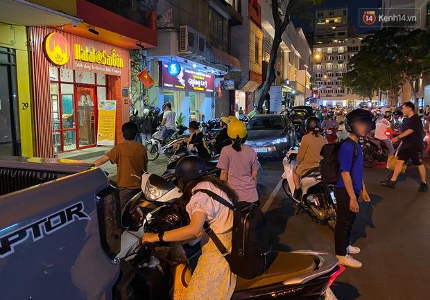 Clip, ảnh: Giới trẻ Sài Gòn vô tư tụ tập, không đeo khẩu trang trong tình hình dịch Covid-19 diễn biến phức tạp - Ảnh 11.
