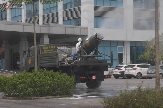 Ảnh: Quân đội tổng lực phun khử khuẩn, tiêu độc Bệnh viện Bệnh Nhiệt đới Trung ương cơ sở 2 - Ảnh 7.