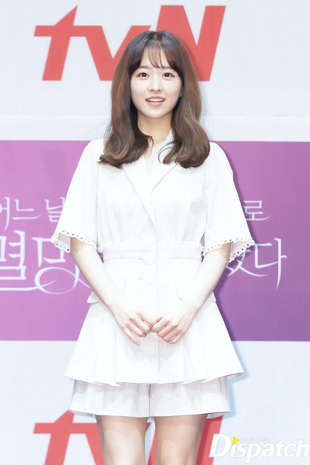 Park Bo Young như mà cà rồng trẻ mãi không già, biến thành tí hon lọt thỏm giữa tài tử Reply 1997, nữ phụ 1m74 và dàn nam thần - Ảnh 3.