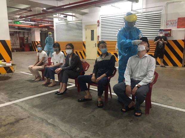 Lịch trình của 3 ca dương tính SARS-CoV-2 liên quan đến vũ trường lớn nhất Đà Nẵng: Đến nhà bạn nhậu, đi tập gym, ăn bún - Ảnh 2.