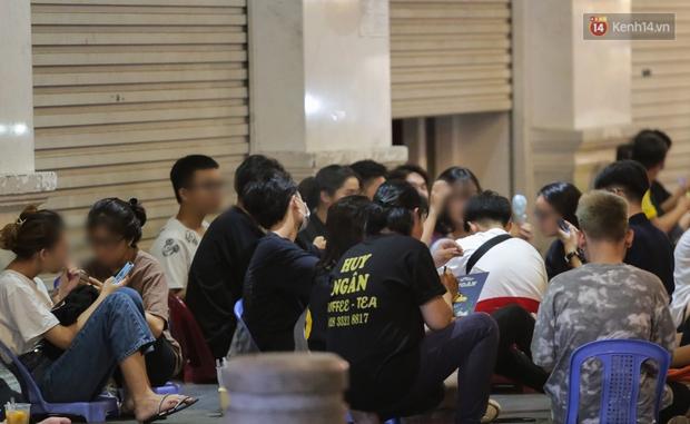 Clip, ảnh: Giới trẻ Sài Gòn vô tư tụ tập, không đeo khẩu trang trong tình hình dịch Covid-19 diễn biến phức tạp - Ảnh 7.