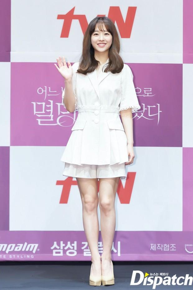 Park Bo Young như mà cà rồng trẻ mãi không già, biến thành tí hon lọt thỏm giữa tài tử Reply 1997, nữ phụ 1m74 và dàn nam thần - Ảnh 4.