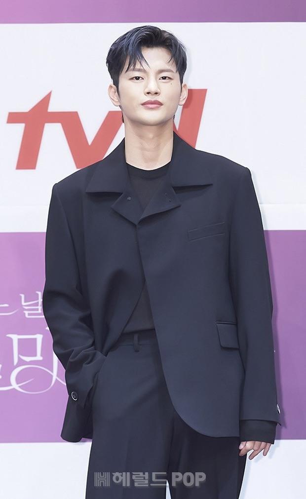 Park Bo Young như mà cà rồng trẻ mãi không già, biến thành tí hon lọt thỏm giữa tài tử Reply 1997, nữ phụ 1m74 và dàn nam thần - Ảnh 7.