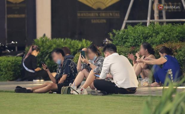 Clip, ảnh: Giới trẻ Sài Gòn vô tư tụ tập, không đeo khẩu trang trong tình hình dịch Covid-19 diễn biến phức tạp - Ảnh 8.