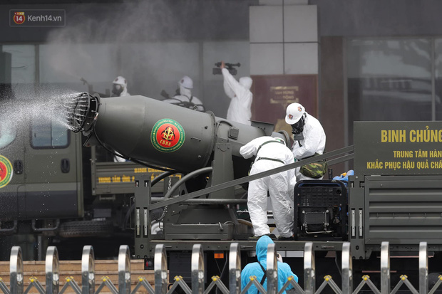 Ảnh: Quân đội tổng lực phun khử khuẩn, tiêu độc Bệnh viện Bệnh Nhiệt đới Trung ương cơ sở 2 - Ảnh 3.