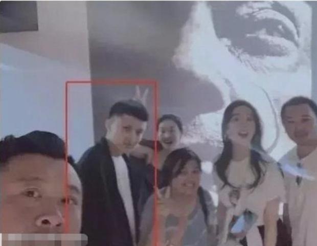 Xôn xao mỹ nhân 50 triệu fan lộ chuyện hẹn hò, Lưu Diệc Phi vào diện tình nghi vì 1001 hint đáng ngờ với đồng nghiệp - Ảnh 3.
