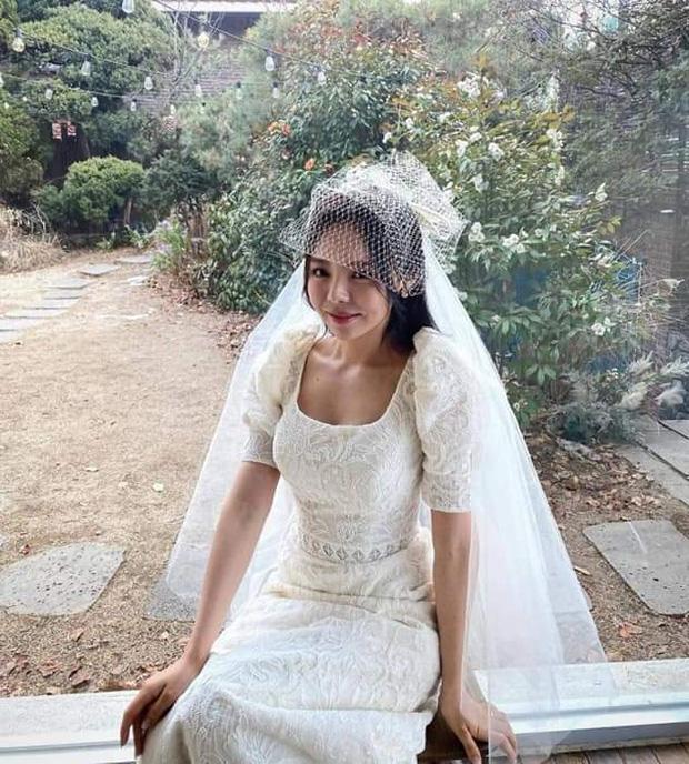 Đám cưới chị gái J-Hope: Dàn khách mời BTS visual đỉnh cao, riêng thành viên giàu nhất nhóm nhuộm tóc mới gây sốt - Ảnh 13.