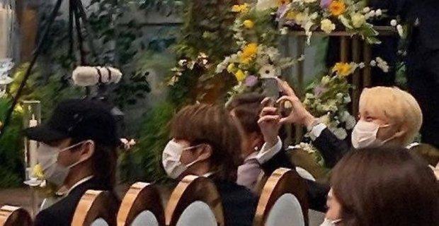 Đám cưới chị gái J-Hope: Dàn khách mời BTS visual đỉnh cao, riêng thành viên giàu nhất nhóm nhuộm tóc mới gây sốt - Ảnh 9.
