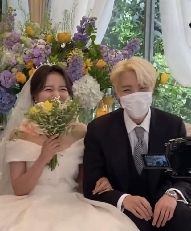 Đám cưới chị gái J-Hope: Dàn khách mời BTS visual đỉnh cao, riêng thành viên giàu nhất nhóm nhuộm tóc mới gây sốt - Ảnh 2.