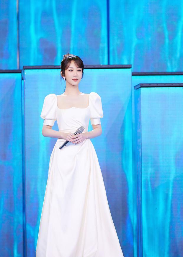 Khoảnh khắc gây bão Weibo: Dương Tử ngơ ngác trên truyền hình, độ chuyên nghiệp kém xa học trò xuất sắc của Lisa - Ảnh 6.