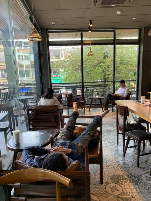 Thanh niên vô tư nằm dài trong quán cà phê nhiều ngày, quản lý bất lực cầu cứu dân mạng - Ảnh 1.