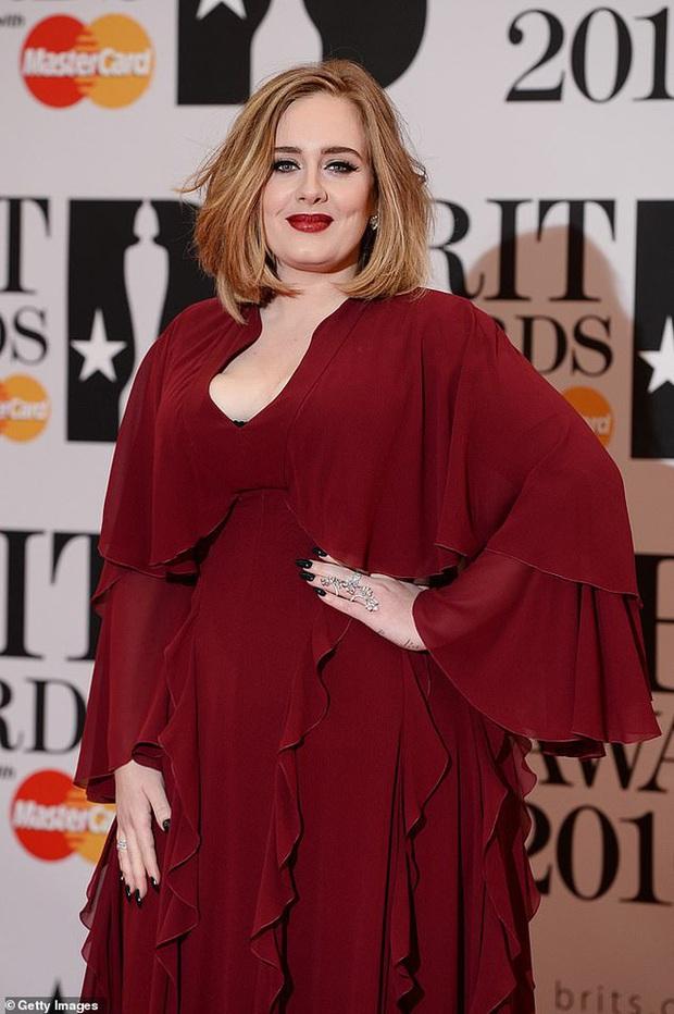 Adele gây sốc với gương mặt nhăn nheo chảy xệ, mắt đầy nếp nhăn do giảm cân đột ngột khiến người hâm mộ xót xa - Ảnh 7.