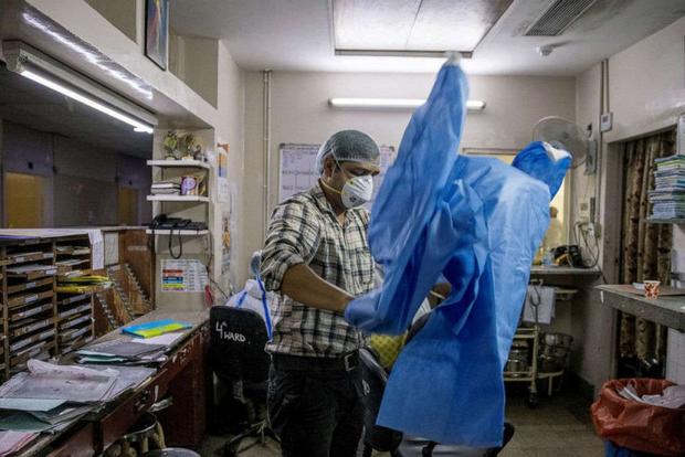 Ai được cứu, ai không?: Cuộc chiến sinh tử chống Covid-19 tại bệnh viện ở Ấn Độ - Ảnh 2.