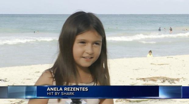 Đang tắm biển, bé gái hoảng loạn chạy ngay lên bờ, xem kỹ đoạn clip mới thấy đứa trẻ kề cạnh ngay bên Tử thần - Ảnh 2.