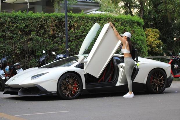 Soi siêu xe Lamborghini hơn 20 tỷ đồng của rich kid nóng bỏng nhưng kín tiếng Jessie Lương, bóng hồng duy nhất dám cầm lái trên hành trình VietRally - Ảnh 4.