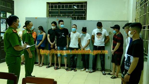 12 nam, nữ thanh niên phớt lờ lệnh cấm hò hát karaoke giữa dịch Covid-19 - Ảnh 1.
