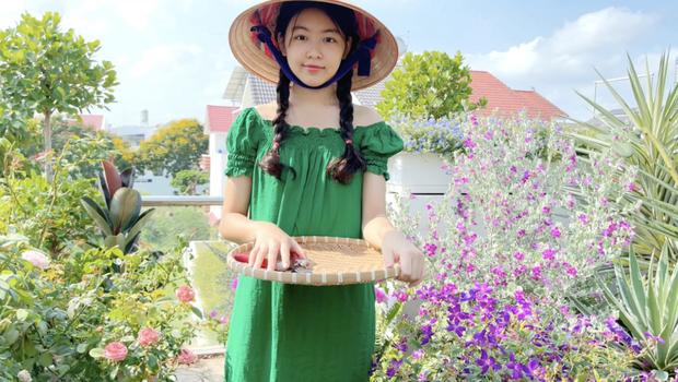 Clip full HD nhan sắc của Lọ Lem nhà MC Quyền Linh, đến đi hái cà chua cũng đẹp quá trời quá đất - Ảnh 2.