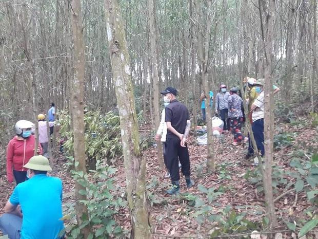 Phát hiện thi thể người đàn ông trong tư thế treo cổ ở rừng keo - Ảnh 1.