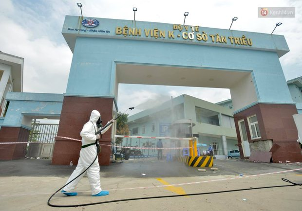 Ảnh: Hơn 1km tuyến đường ven bệnh viện với hơn 6,6 hecta Viện K Tân Triều được phun khử khuẩn, tiêu độc - Ảnh 1.
