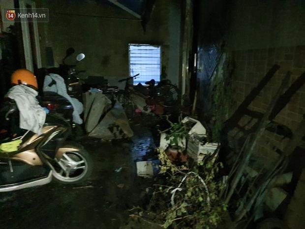 Ám ảnh trong căn nhà cháy khiến 7 người tử vong, trong đó có cô giáo và các em nhỏ: Đồ đạc ám khói đen, xe máy trơ khung - Ảnh 1.
