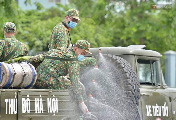 Ảnh: Hơn 1km tuyến đường ven bệnh viện với hơn 6,6 hecta Viện K Tân Triều được phun khử khuẩn, tiêu độc - Ảnh 10.