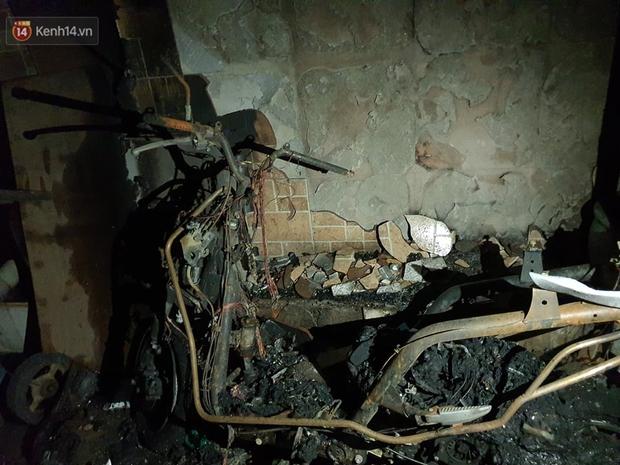 Ám ảnh trong căn nhà cháy khiến 7 người tử vong, trong đó có cô giáo và các em nhỏ: Đồ đạc ám khói đen, xe máy trơ khung - Ảnh 3.