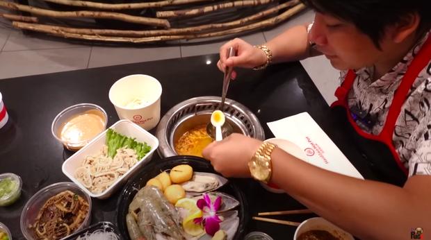 """Khoa Pug review ăn lẩu Haidilao trong mùa dịch tại Mỹ, hé lộ loạt điểm khác biệt so với Việt Nam: Nhiều người sẽ rất """"khó chịu"""" ở điểm này - Ảnh 12."""