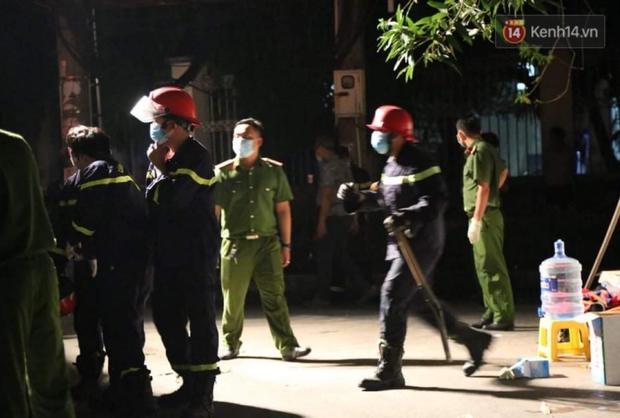 Ảnh: Hiện trường vụ cháy kinh hoàng khiến 7 người mắc kẹt tử vong thương tâm ở Sài Gòn - Ảnh 12.
