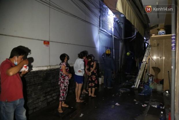 Ảnh: Hiện trường vụ cháy kinh hoàng khiến 7 người mắc kẹt tử vong thương tâm ở Sài Gòn - Ảnh 16.