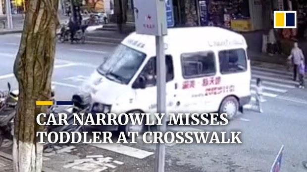 Đi qua đường một mình, bé gái thoát chết trong gang tấc khi tử thần tới chậm một giây - Ảnh 2.