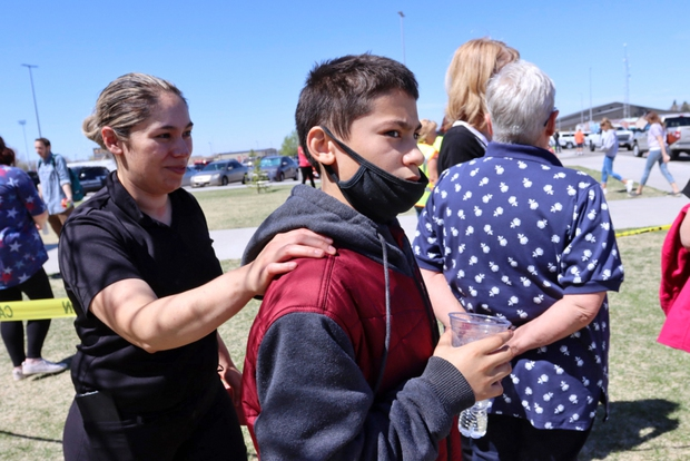 Nữ sinh lớp 6 mang súng bắn bạn học và bảo vệ khiến toàn trường náo loạn, học sinh la hét bỏ chạy, cảnh sát vào cuộc điều tra - Ảnh 6.