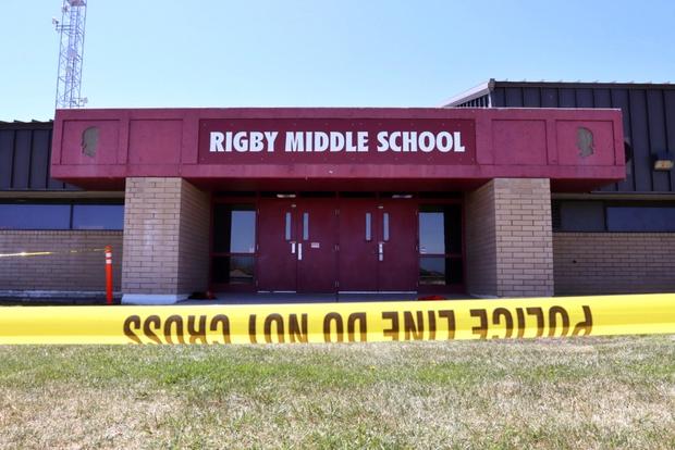 Nữ sinh lớp 6 mang súng bắn bạn học và bảo vệ khiến toàn trường náo loạn, học sinh la hét bỏ chạy, cảnh sát vào cuộc điều tra - Ảnh 9.